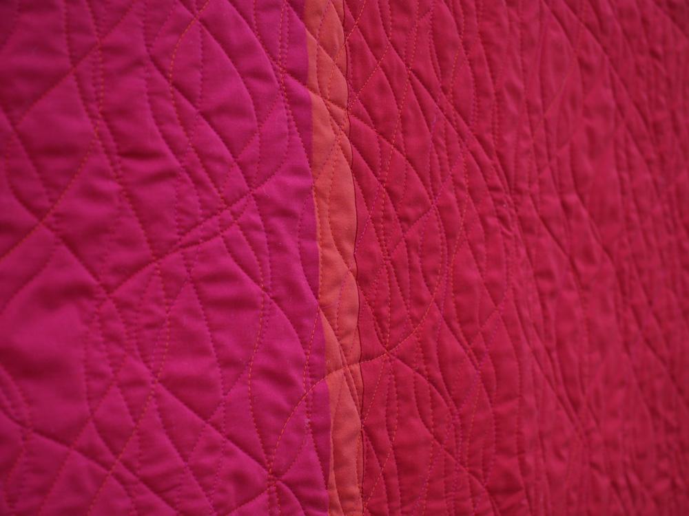 Quilt rot und pink mit welligen Linien, in verschiedenen Garnfarben, Detailansicht