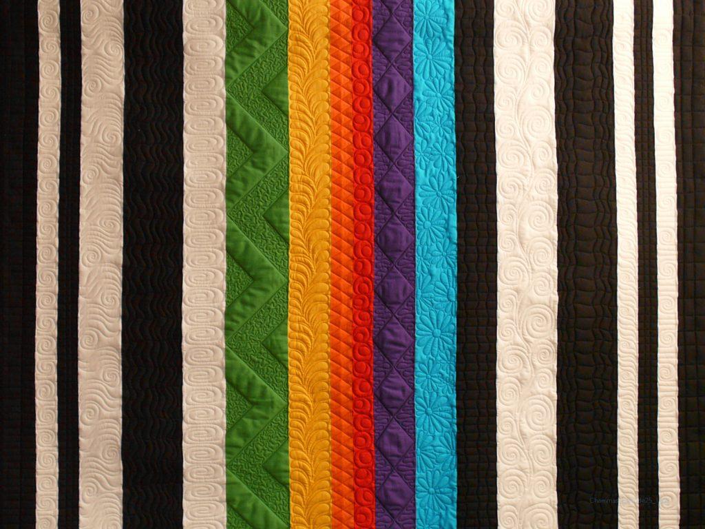 Quilt mit verschieden breiten Streifen, schwarz, weiss, regenbogenbunt, verschiedene Quiltmuster