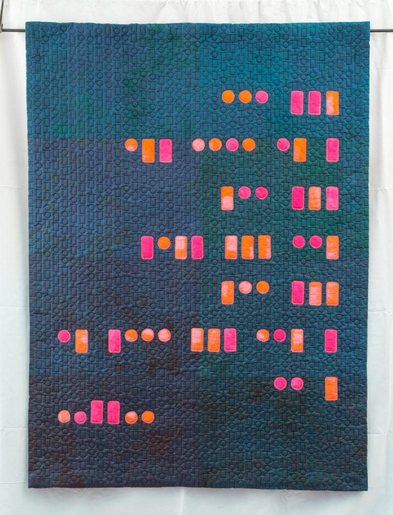 Blauer Quilt mit Text in morse code, in pink-orange
