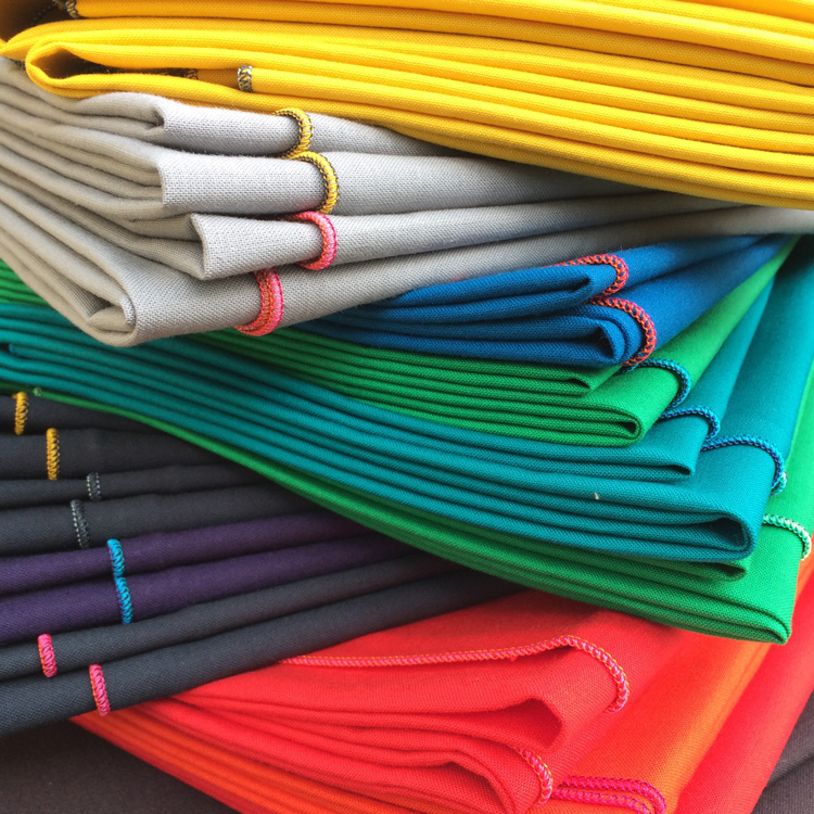 Ein Stapel Furoshiki in verschiedenen Farben